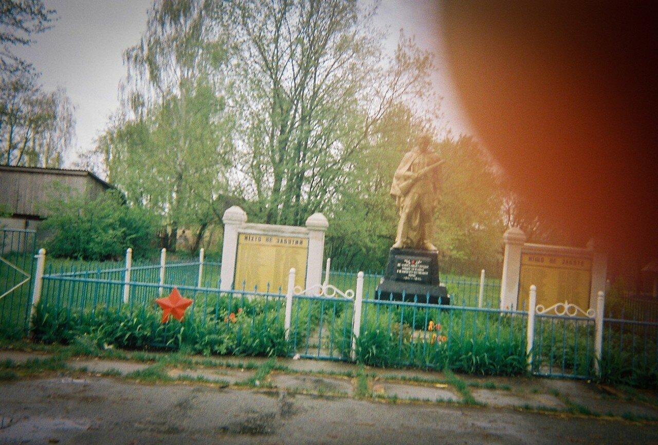 Памятник погибшим в Великую Отечественную в деревне недалеко от Чернобыльской зоны отчуждения. Палец на объективе принадлежит  женщине, живущей в этой деревне