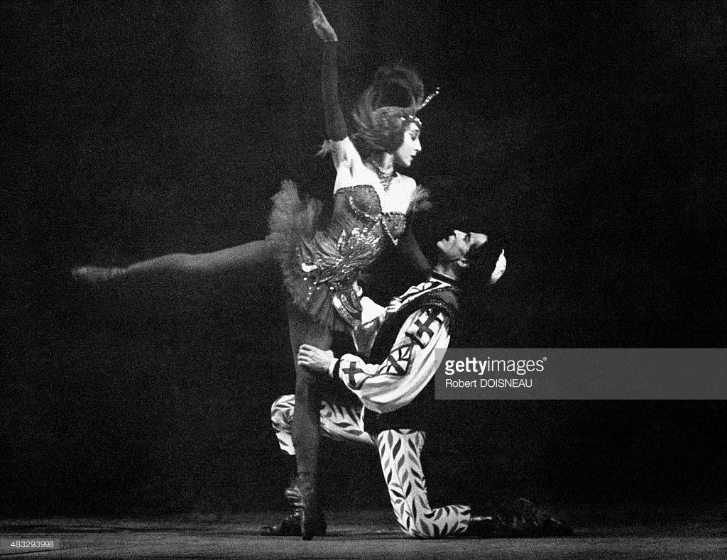1950-е. Танцовщица Нина Вырубова на сцене во время балета «Жар-птица»