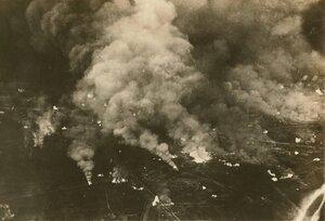 Вид с воздуха на горящий военный завод