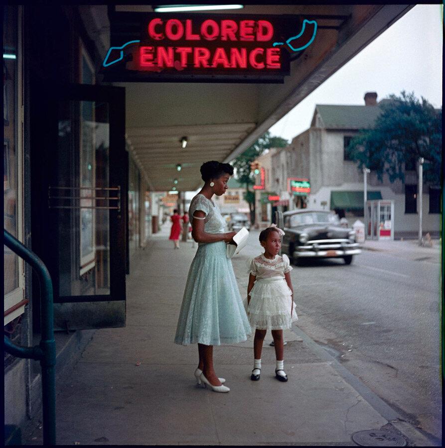 Негритянка с дочерью возле входа для цветных в универмаге, Мобил, штат Алабама, 1956