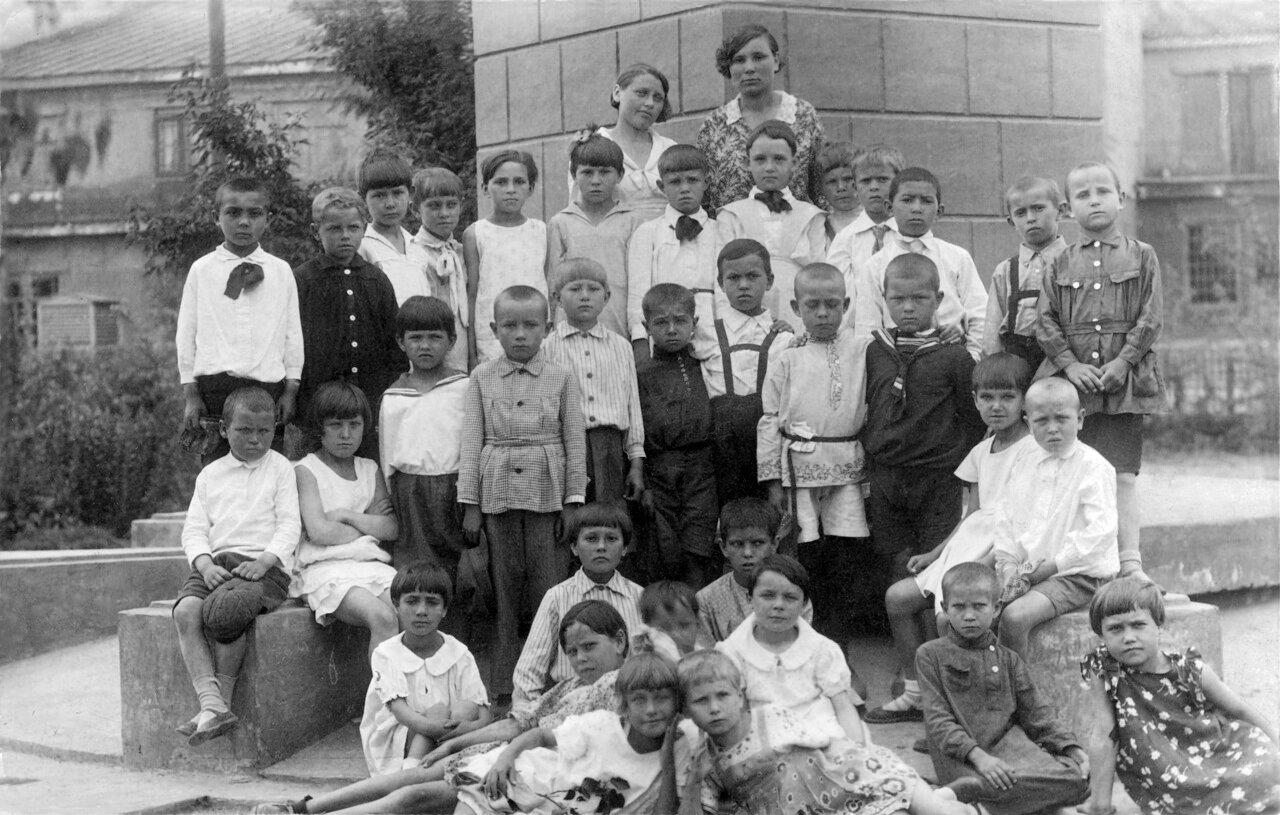 1936. Школьники у памятника Сталину
