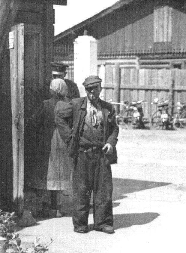 1955. Вахтёр Копейского завода Строммашина