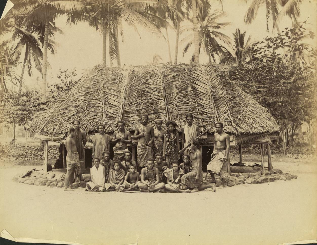 Самоанцы, позирующие для фотографии перед хижиной,1900