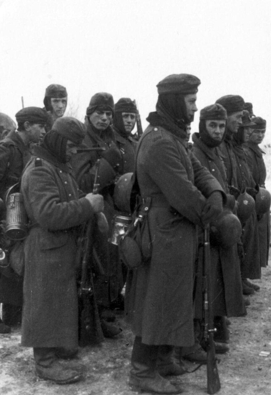 1941. Битва за Москву. Немецкие солдаты во время боя одетые по погоде
