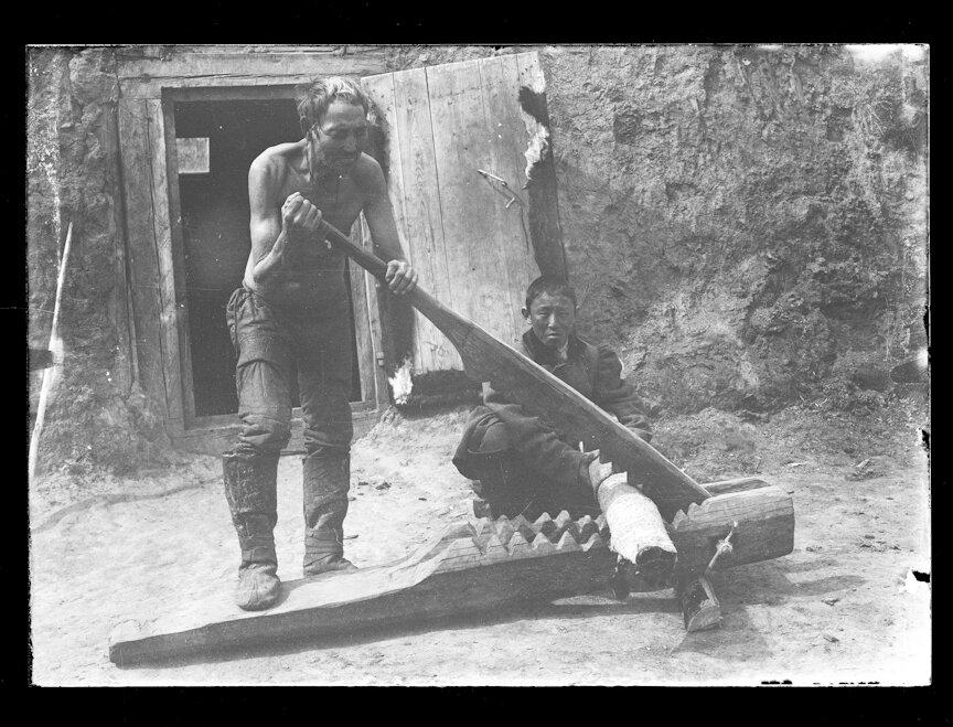 Якуты заняты дублением кожи. 1902