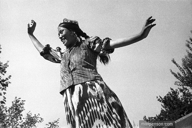 Девушка исполняет узбекский танец