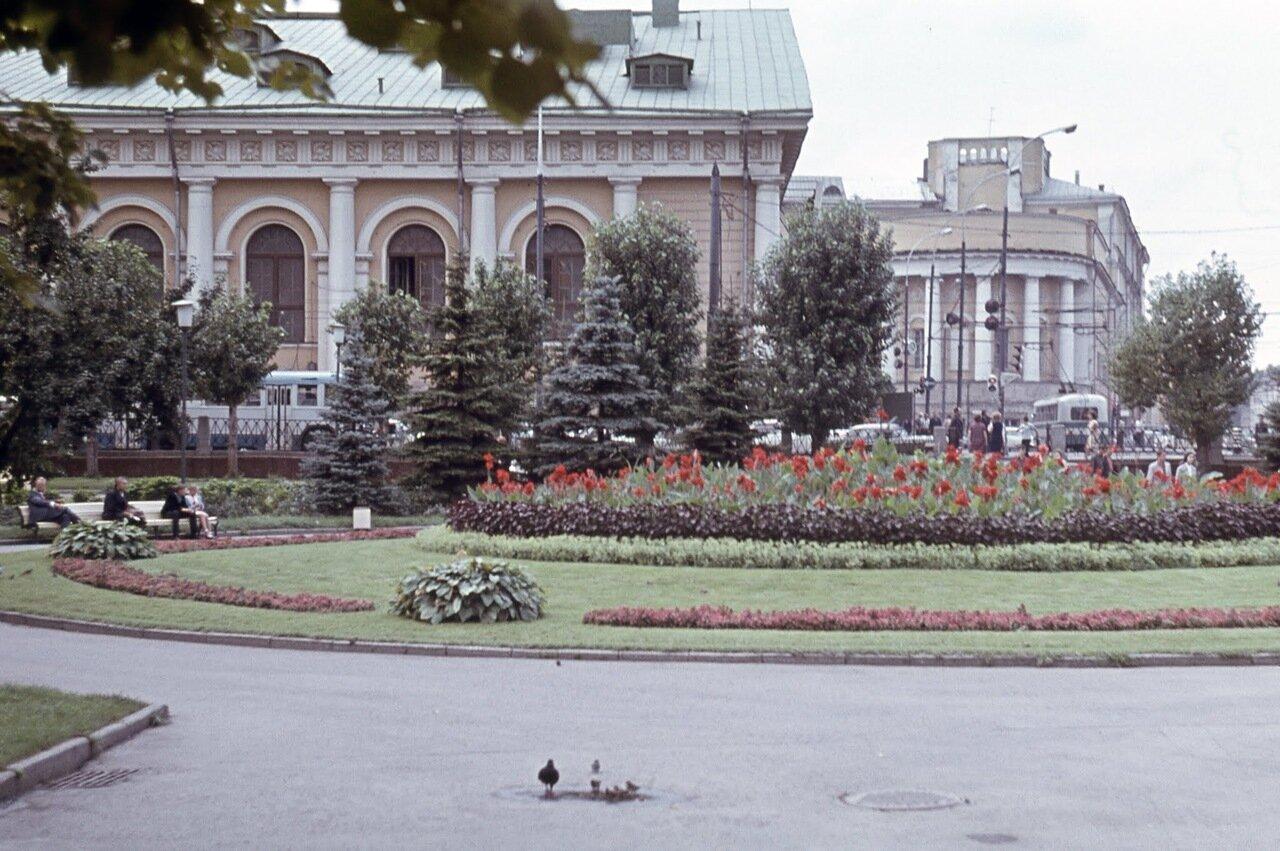 Вид из Александровского сада на Манеж и здание МГУ.
