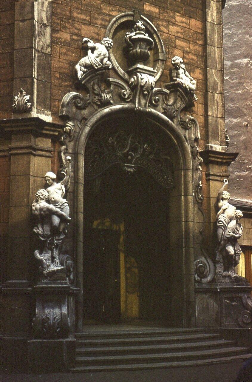 9. Портал  дома  в  Старом  городе