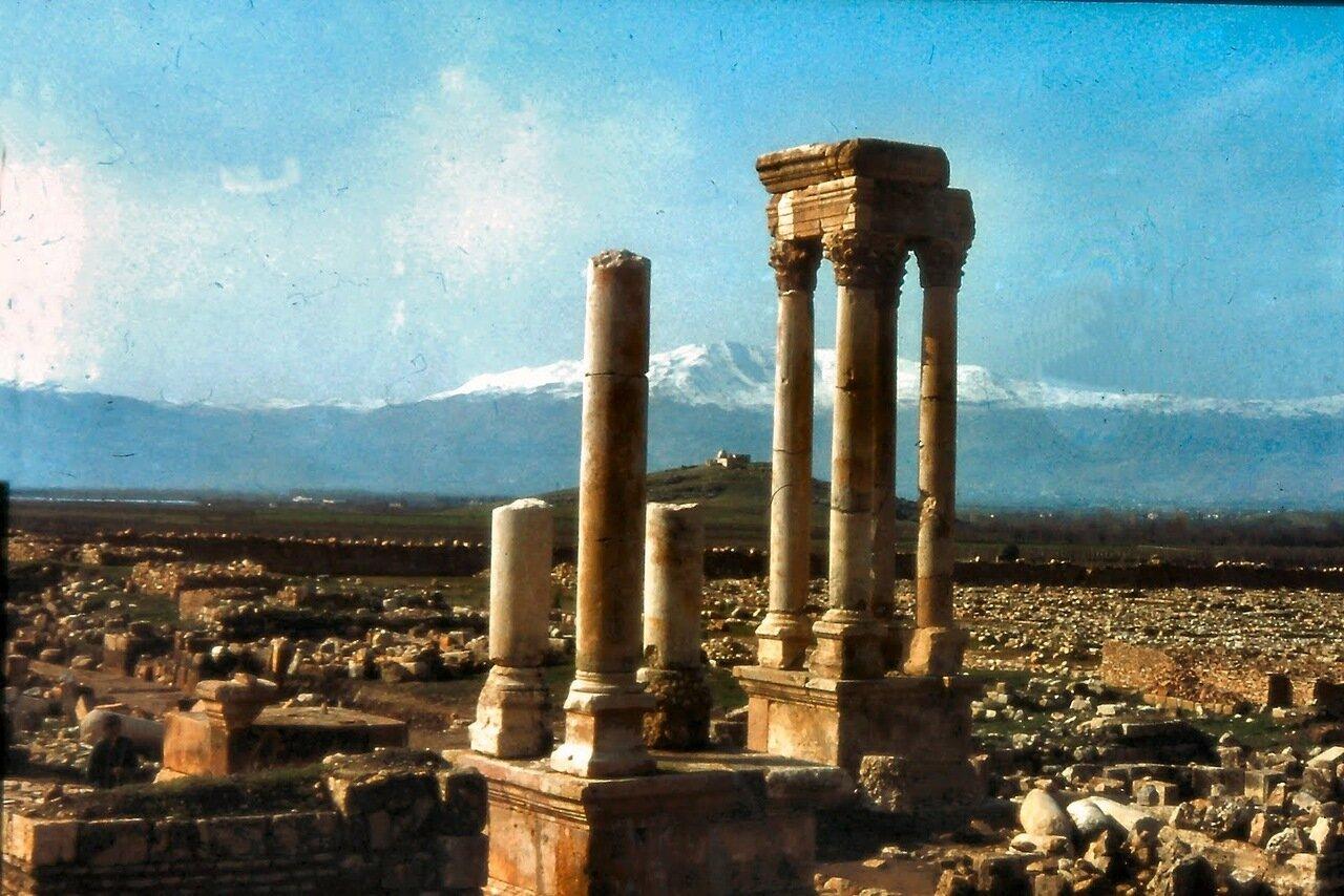 Chtaura Anjar est située à l'intersection de deux routes importantes : celle menant de Beyrouth à Damas et la route traversant toute la Bekaa et menant d'Homs à Tibériade.