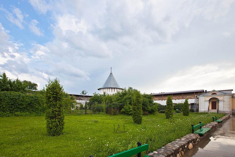 Высоцкий монастырь - монастырский двор