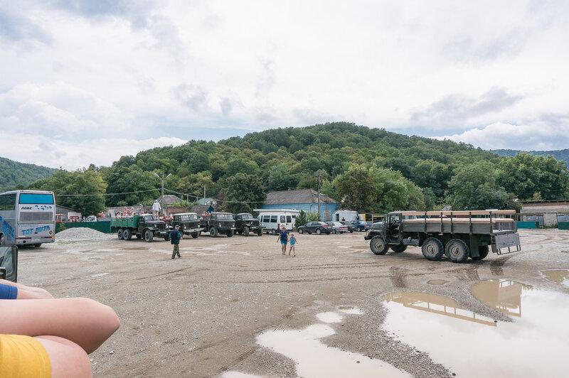Войсковые вездеходы - перед броском на водопады