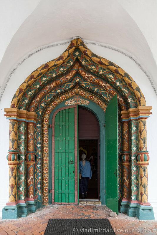 Западные врата Покровского собора. Свято-Покровский монастырь в Суздале.