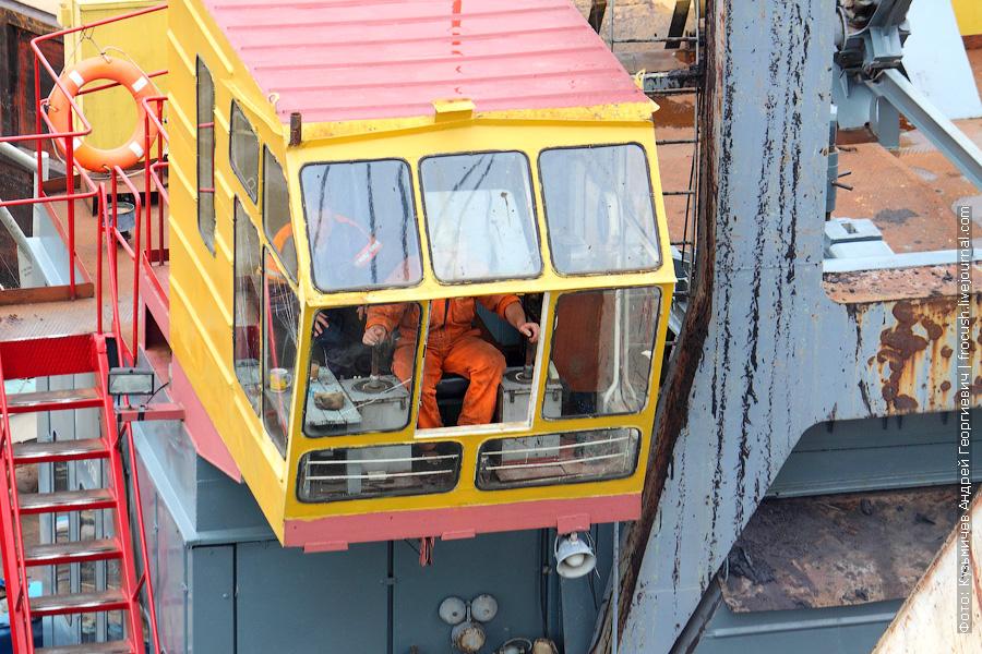 Крановщик плавкрана «ПК-67» за работой