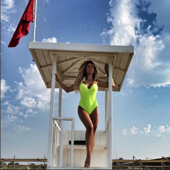 Анна Седокова обнародовала откровенное фото в красочном купальнике