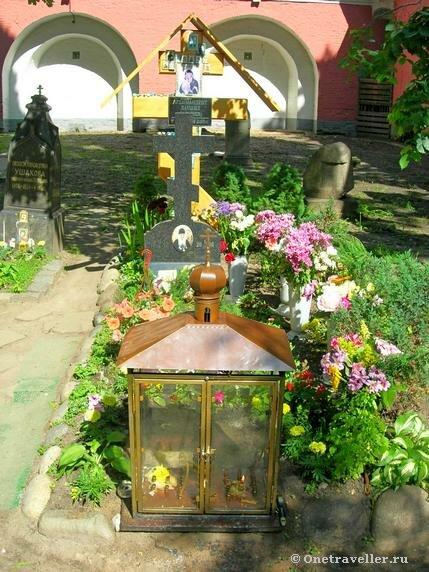 Могила архимандрита Даниила Сарычева в некрополе Донского монастыря