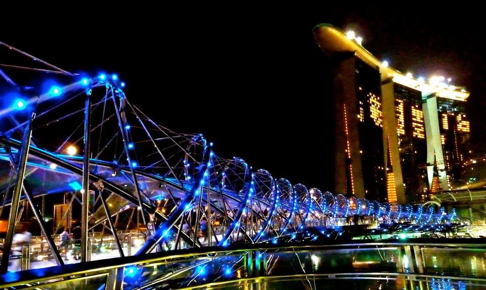 В самом центре Сингапура находится 280-метровый пешеходный мост Helix. Он соединяет между собой самы