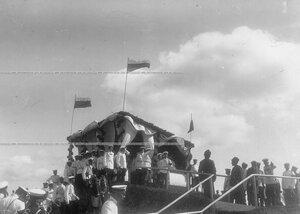 Император Николай II у царской палатки в окружении офицеров батальона и свиты наблюдает за ходом полевых учений в Усть-Ижоре.