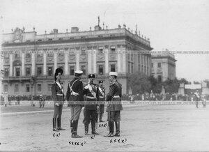 Великий князь Дмитрий Константинович (1-й слева) и главнокомандующий войсками гвардии и Санкт-Петербургского военного округа в 1881-1905гг. великий князь Владимир Александрович (лицом к камере) на Марсовом поле перед