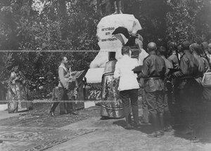 Император Николай II , священники и солдаты у памятника шефу полка , великому князю Михаилу Николаевичу в день его открытия.