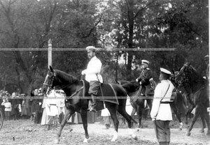Император Николай II выезжает на парад войск.