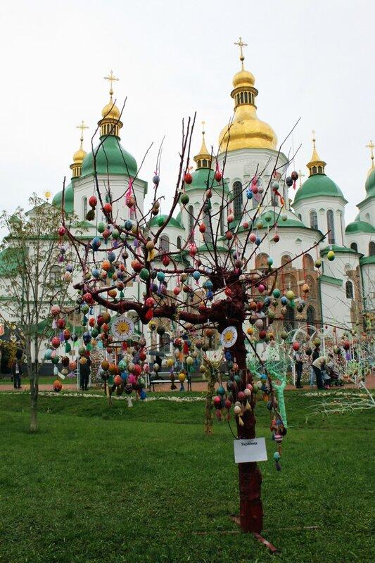 Пасхальная инсталляция Украинки