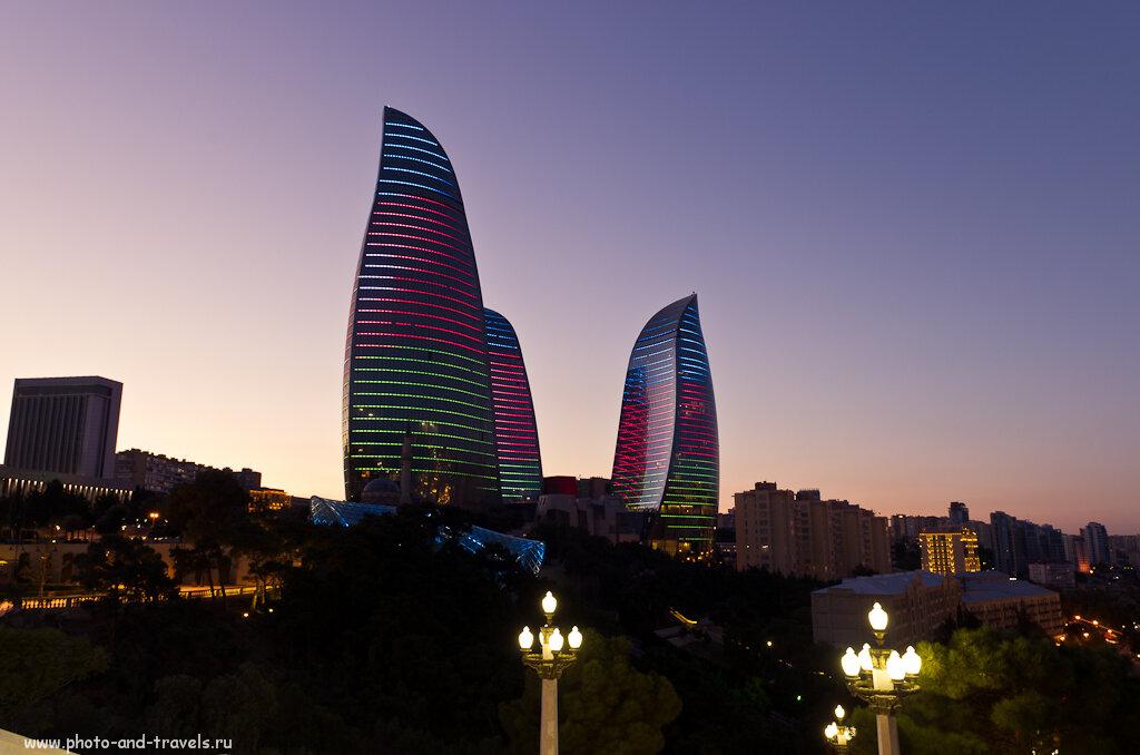Фотография 9. Здание трех огней развевается государственным флагом Азербайджана, то колышется пламенем. Отчет об экскурсии по Баку