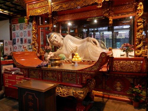 В Храме Нефритового Будды (Шанхай)
