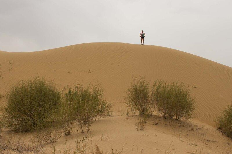 я на дюне в пустыне Кубучи (пески Кузупчи, Kubuqi desert)