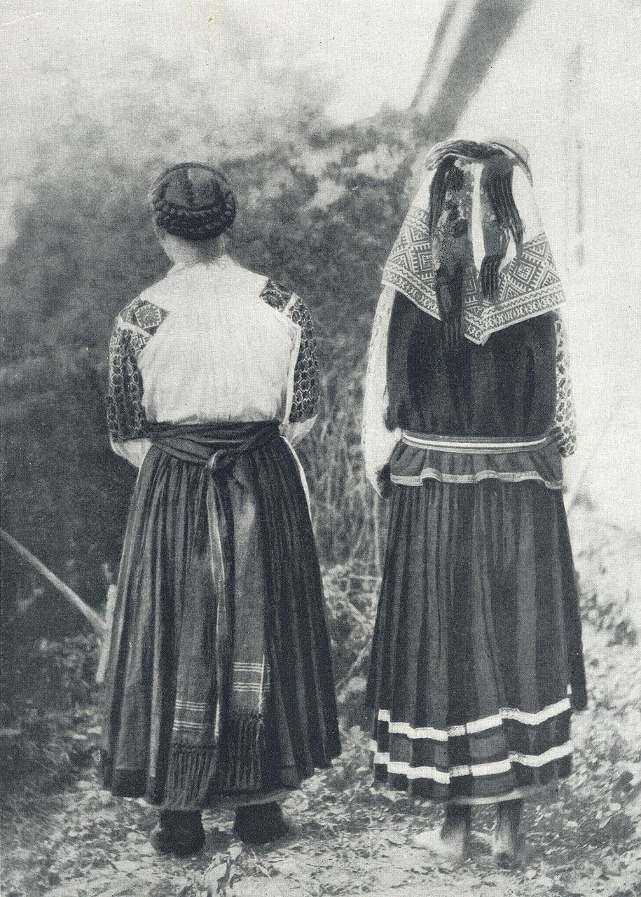 Девушка и женщина в летней одежде. Село Андреевичи 1909.