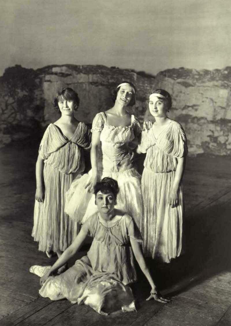 А.Павлова в группе балерин.Санкт-Петербург. 1907.