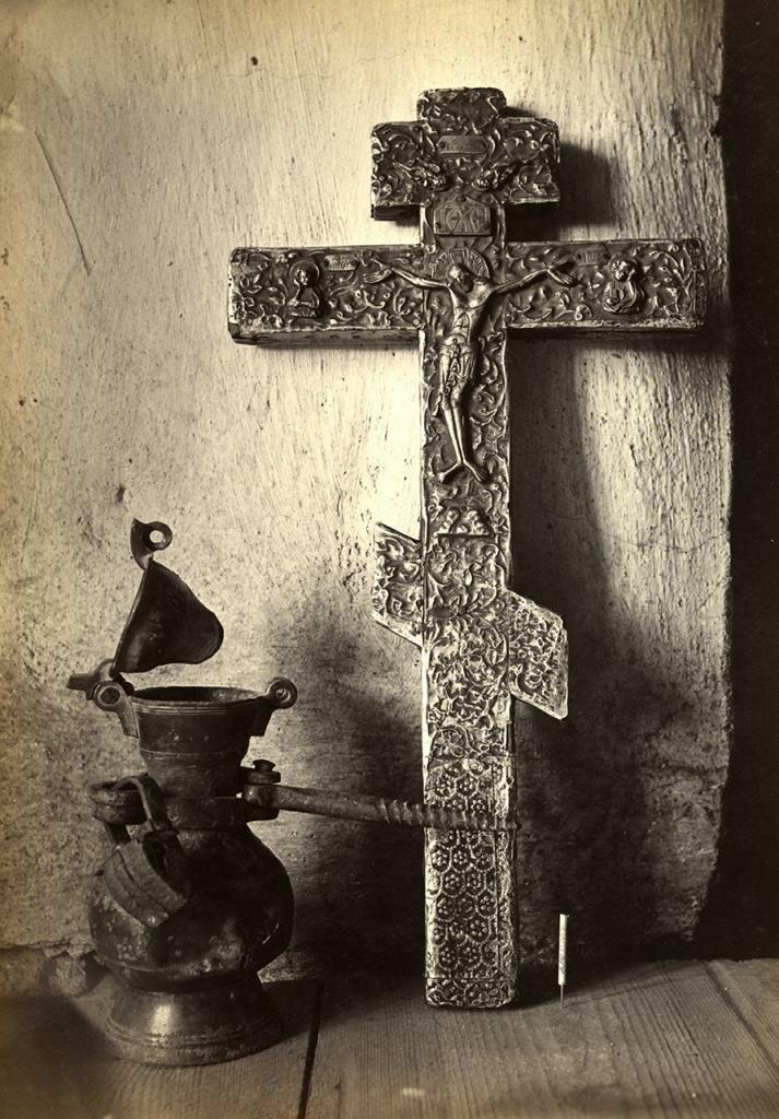 Церковь Спаса Нередицы. Древний серебряный крест и оловянная кружка для сбора денег