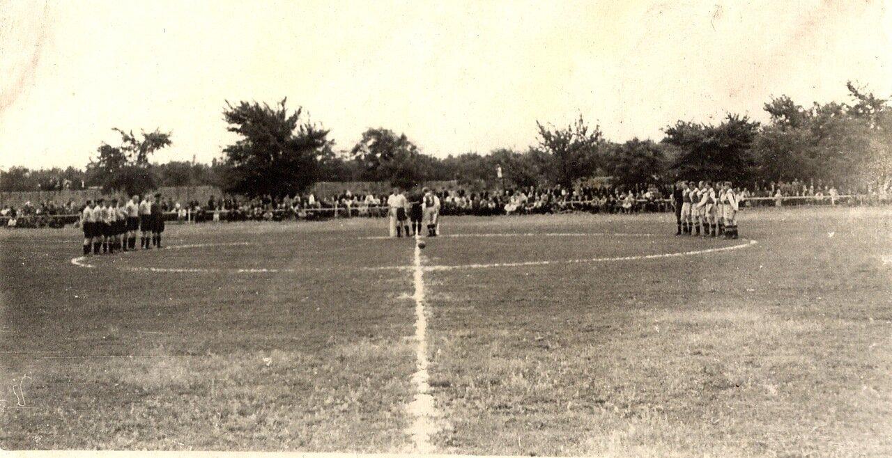 1951. На поселковом стадионе