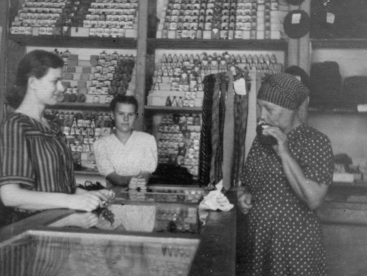 1952. В заводском магазине
