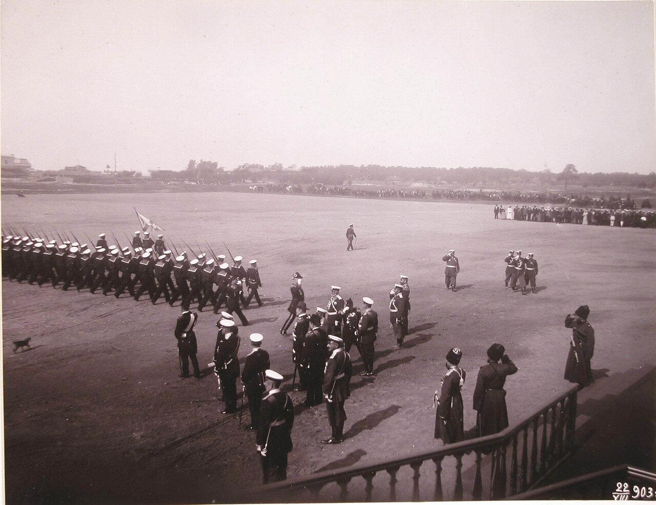 Морской сводный батальон, участвующий в параде войск во время освящения Морского собора, проходит церемониальным маршем перед императором Николаем II и сопровождающими его военными чинами