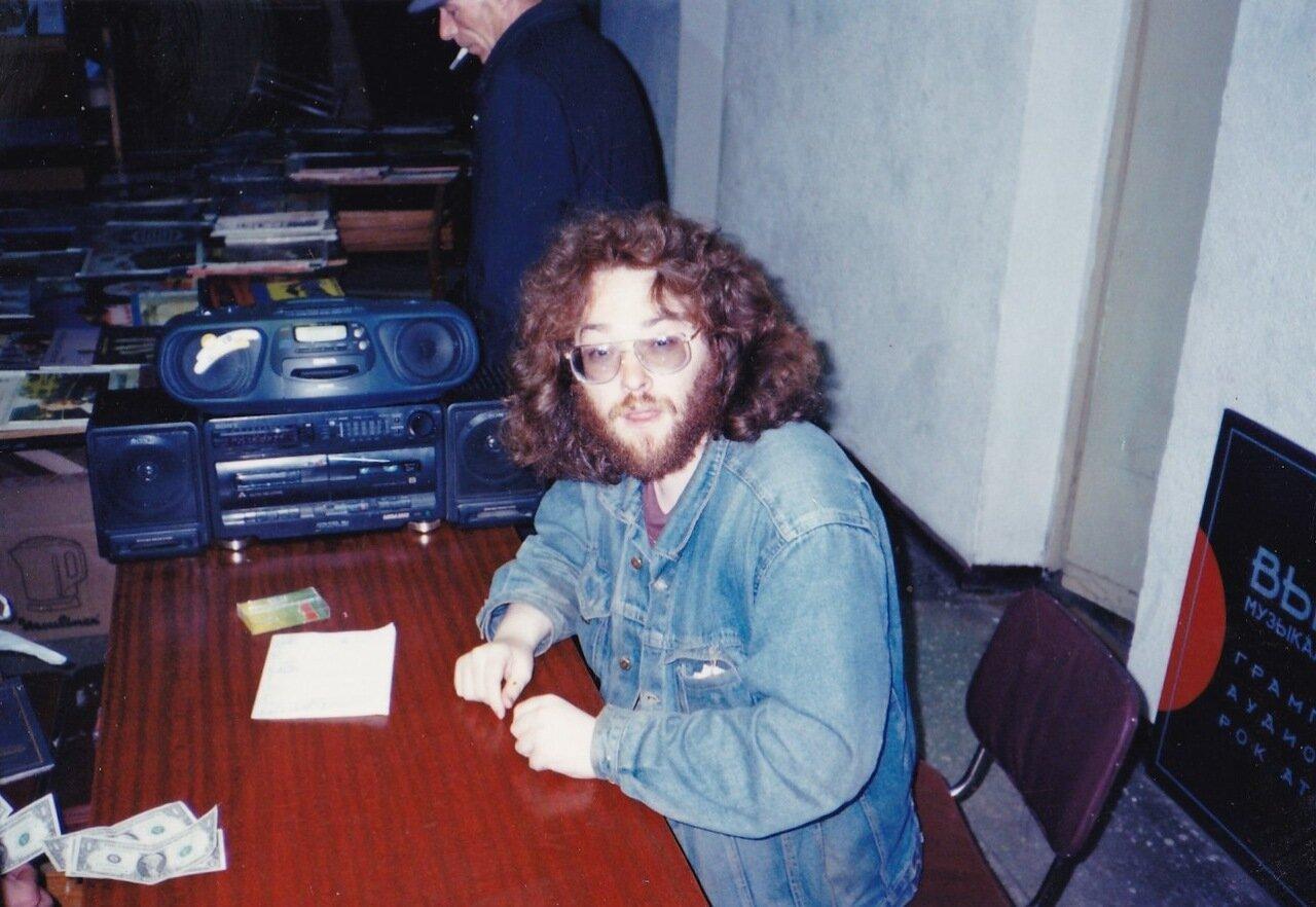 1995. Я у себя в магазине за пару часов перед концертом. Третий день безудержной пьянки