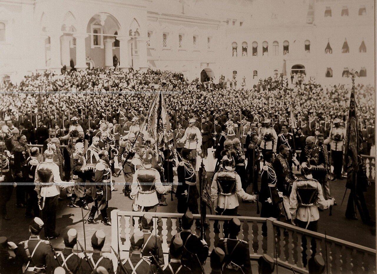 Группа высших государственных чинов у Чудова монастыря в Кремле с императорскими регалиями по окончании церемонии торжественной коронации в Успенском соборе