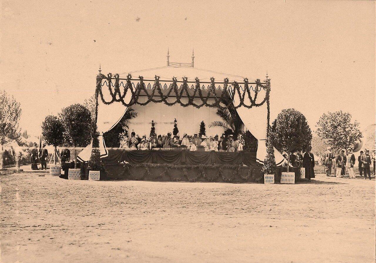 Великие княгини и княжны, иностранные гостьи в [царской палатке] перед началом парада на Ходынском поле;слева крайняя - великая княгиня Елизавета Федоровна, в центре - великая княгиня Елизавета Маврикиевна