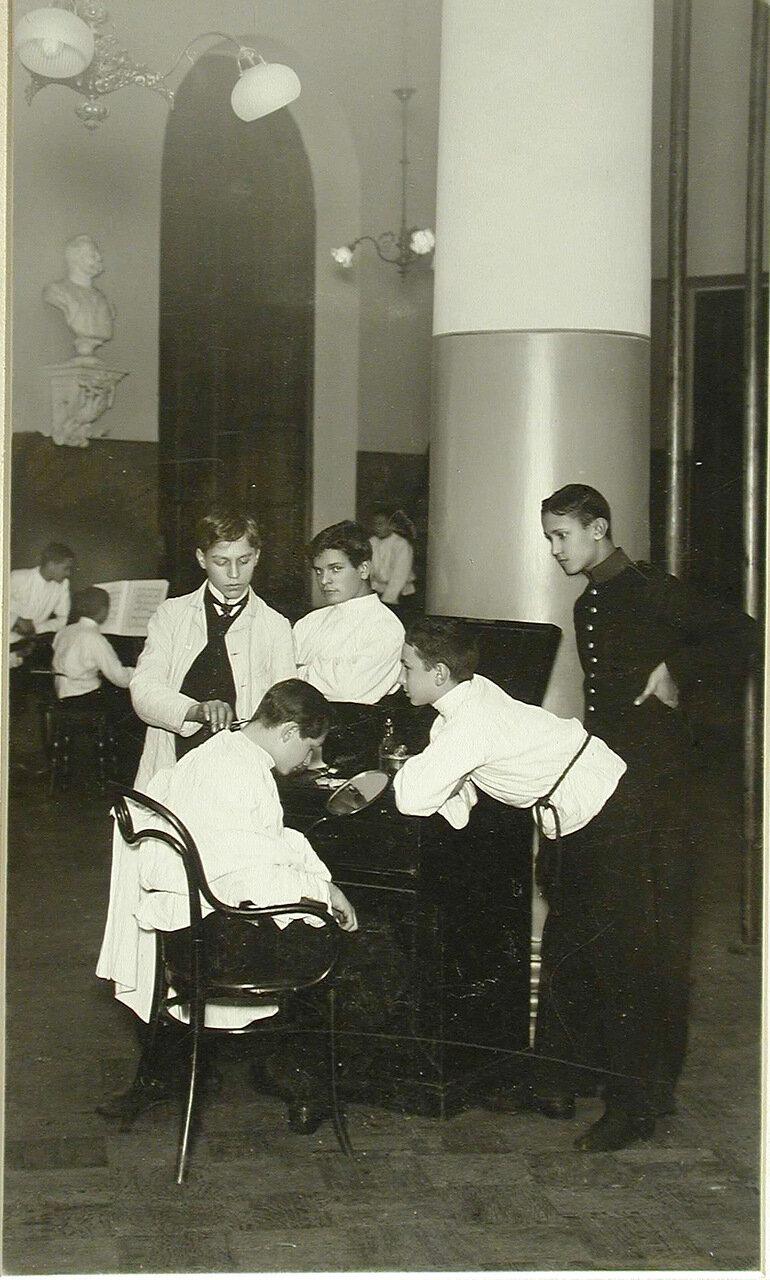 05. Группа воспитанников во время отдыха в сборном зале