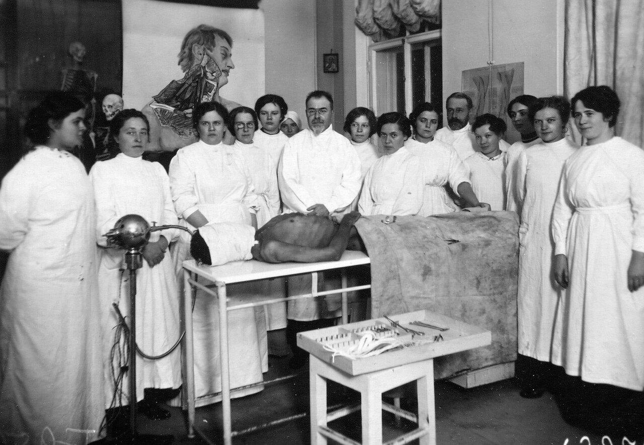 Слушательницы женского медицинского института с преподавателем в прозекторской на занятиях по хирургии