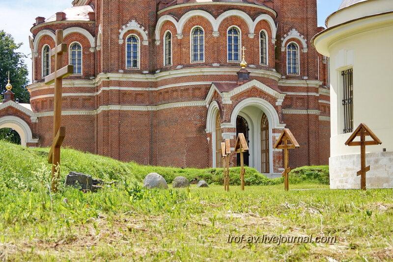 Спасо-Бородинский женский монастырь,  захоронения у церкви Спаса Нерукотворного
