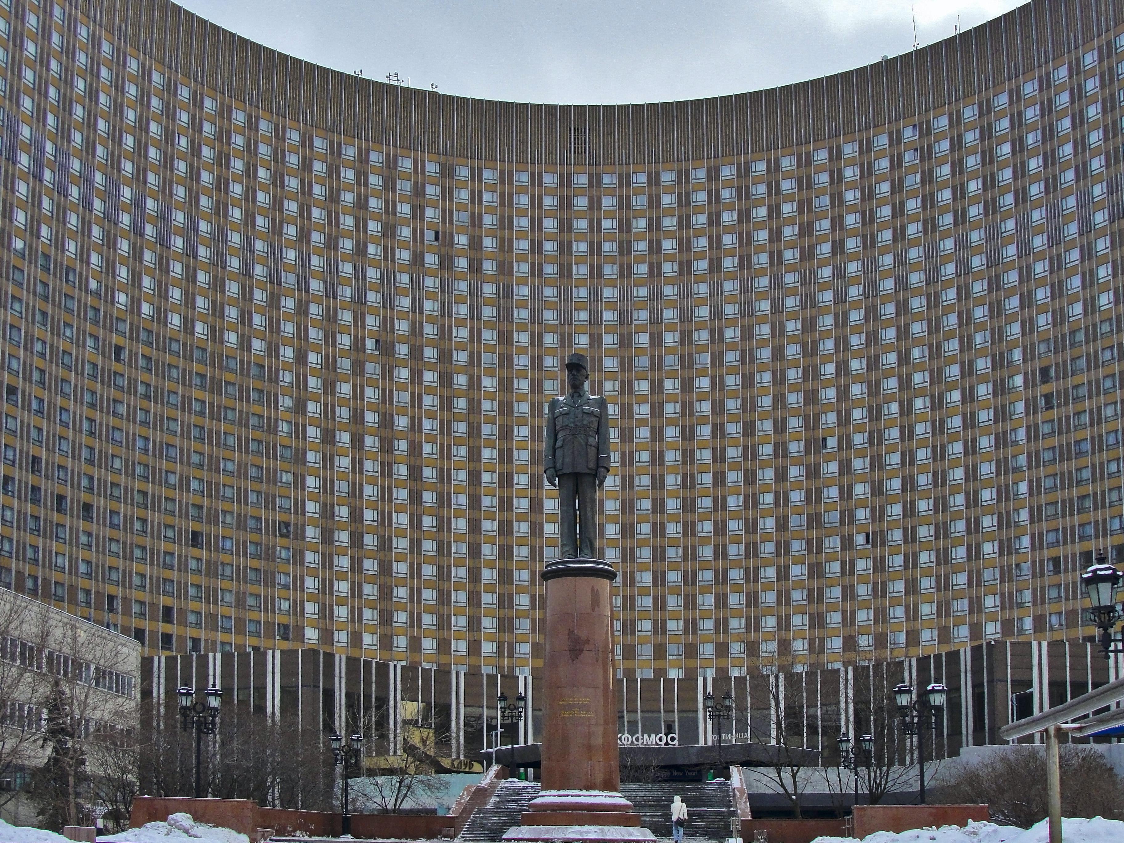 Памятник Шарлю де Голлю.jpg