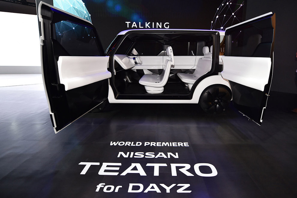 По задумке японцев, весь салон концепта — это большой сенсорный экран (передняя панель, двери и даже