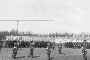 Император Николай II наблюдает за церемонией выноса знамени полка на плацу перед Большим Екатерининским дворцом.