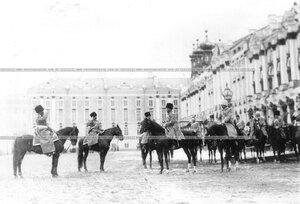 Император Николай II принимает рапорт командира полка во время парада.