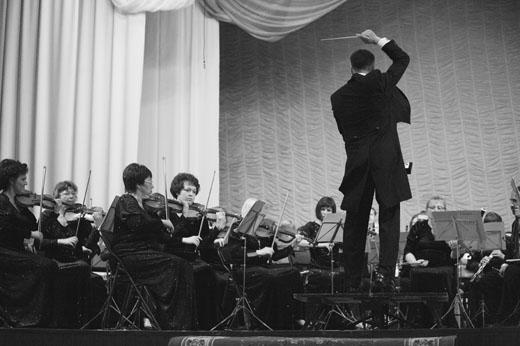 В.Шкапцов дирижирует оркестром орловской филармонии