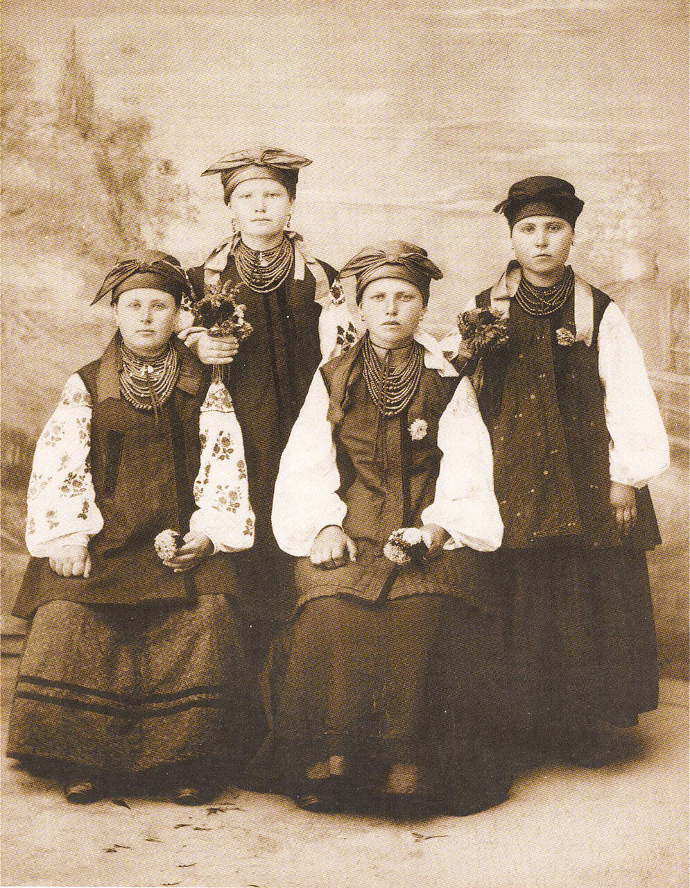 Девчата в народных одеждах. Село Пидварки. Киевщина. 1902 г.