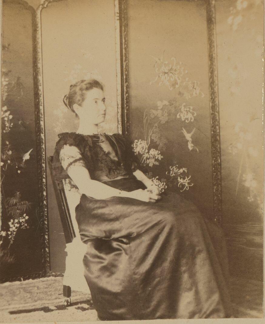 Элеонора Прэй на террасе в вечернее платье перед поездкой на празднование коронации царя Николая II в мае 1896