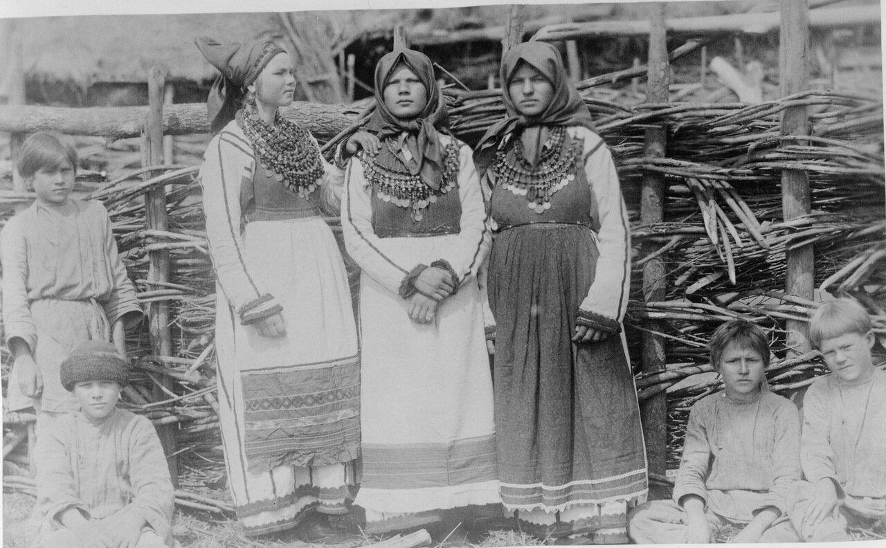 Девушки в национальной одежде