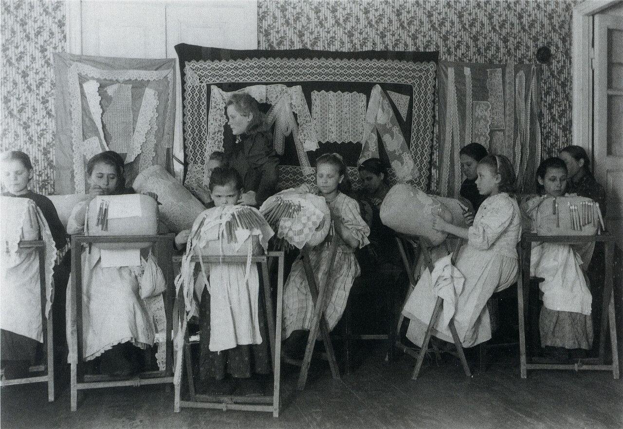 Ученицы Кукарской школы кружевниц. Вятская губерния. 1900-е