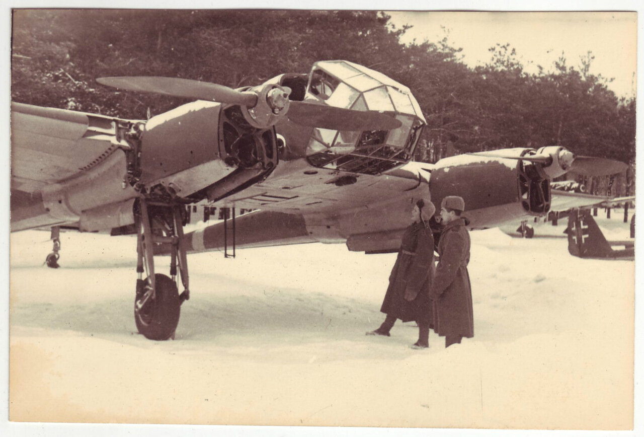 Солдаты осматривают захваченный немецкий самолет